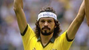 Imagem clássica de Sócrates com a camisa da Seleção