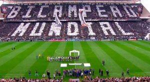 Torcida do Corinthians formando a imagem de Bicampeão Mundial na torcida